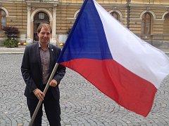 Starosta Mnichova Hradiště Ondřej Lochman s českou vlajkou.