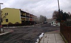 Kouř z komínů v ulicích Bělé pod Bezdězem