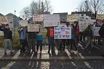 V Bakově vyrazili lidé do ulic kvůli odvolané ředitelce základní školy