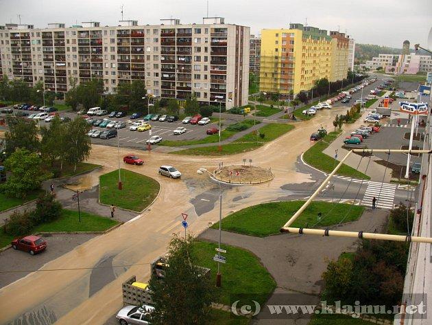 Voda vytvořila v Havlíčkově ulici jezero.