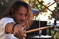 Bubeník Jaroslav Hoření.