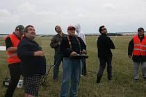 Na boleslavské letiště se snášeli umělí parašutisté.