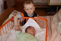 KUBÍČEK Kořínek přišel na svět 16. května.Měřil 53 cm, vážil 3,95 kg. Ze syna se radují Ladislava a Pavel z Kostomlat. Pečovat o mimi pomůže bráška Pavlíček.