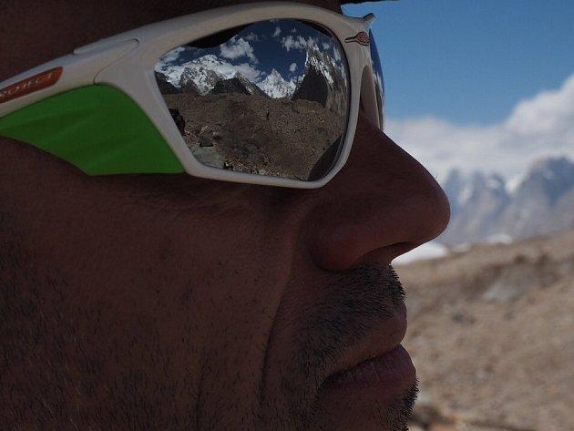K2 na dosah, v odrazu slunečních brýlí Radka Jaroše