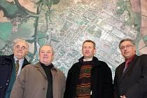 VŠECHNY starosty a primátory města Mladá Boleslav od revoluce v listopadu 1989 jsme vyfotografovali před leteckou mapou našeho města. Zleva stojí první starostové Karel Herčík a Jaroslav Polívka i primátoři Svatopluk Kvaizar a Raduan Nwelati.