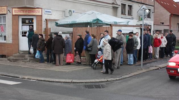 VE FRONTĚ na klobásy stály v pondělí v Erbenově ulici v Mladé Boleslavi desítky zákazníků. Foto: Pavel Svačina
