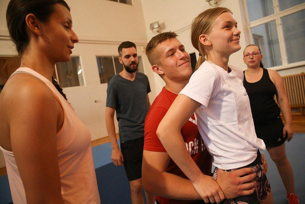 Potenciálním cheerleaderům – mužům – by potom chtěla trenérka vzkázat, že se mohou ke sportu přidat. Uvítají je.
