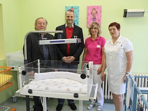 Novorozenecké oddělení Klaudiánovy nemocnice má novou fototerapeutickou lampu, která se používá pro léčbu novorozenecké žloutenky.