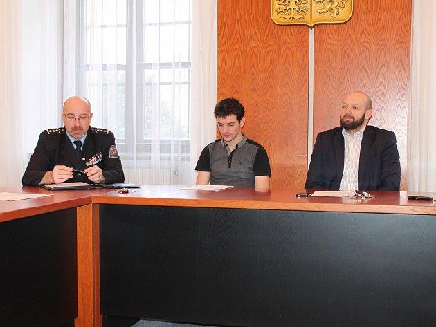 Smlouvu o projektu Bezpečné město v Mladé Boleslavi podepsali náměstek primátora Jiří Bouška a Dušan Žďárský,  vedoucí Územního odboru Mladá Boleslav Policie.