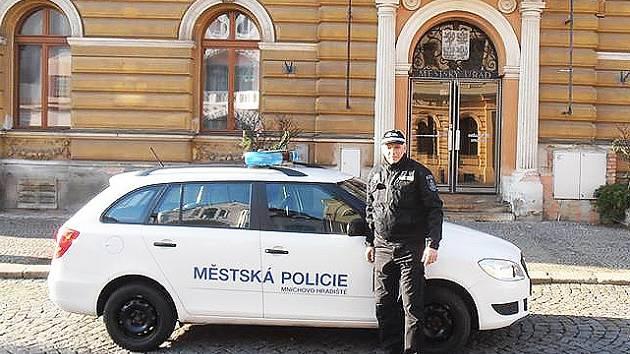 STRÁŽNÍK mnichovohradišťské městské policie.