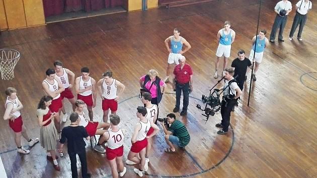 Po předchozích přípravách se během uplynulého víkendu uskutečnilo ve městě automobilů natáčení filmu z basketbalového prostředí nazvaného Zlatý podraz.