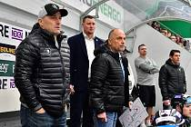 Výraz trenérského štábu vypovídá hodně o dění na ledě během domácího zápasu s Hradcem Králové.