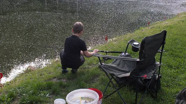 Z dětských rybářských závodů na rybníku Slon v Bělé pod Bezdězem.