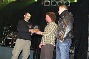 1. vítězné místo vyhrála skupina Syndrom, pro cenu si přišla ale jen část kapely.