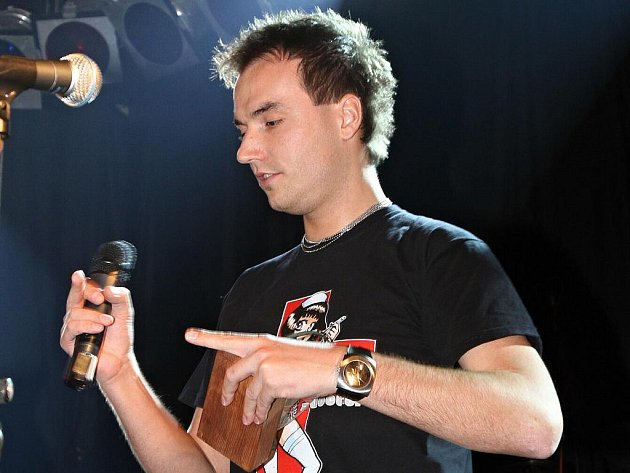 """Filip Šubr a jeho """"Tříška"""" v prstu."""
