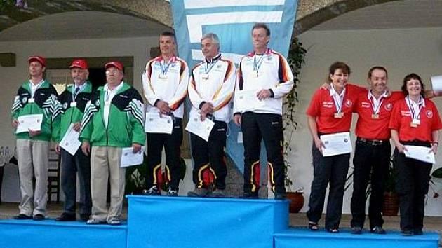 Úspěšné družstvo České republiky ve složeníGustav Gráf, František Kadavý a Miroslav Malůš (vlevo) vybojovalo stříbrné medaile v disciplíně doutnáková mušketa.