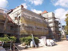 V objektu bývalé školy v Ledcích budou seniorské byty.