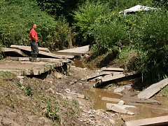 Odklízení následků přívalového deště v Sovenicích na severu okresu.