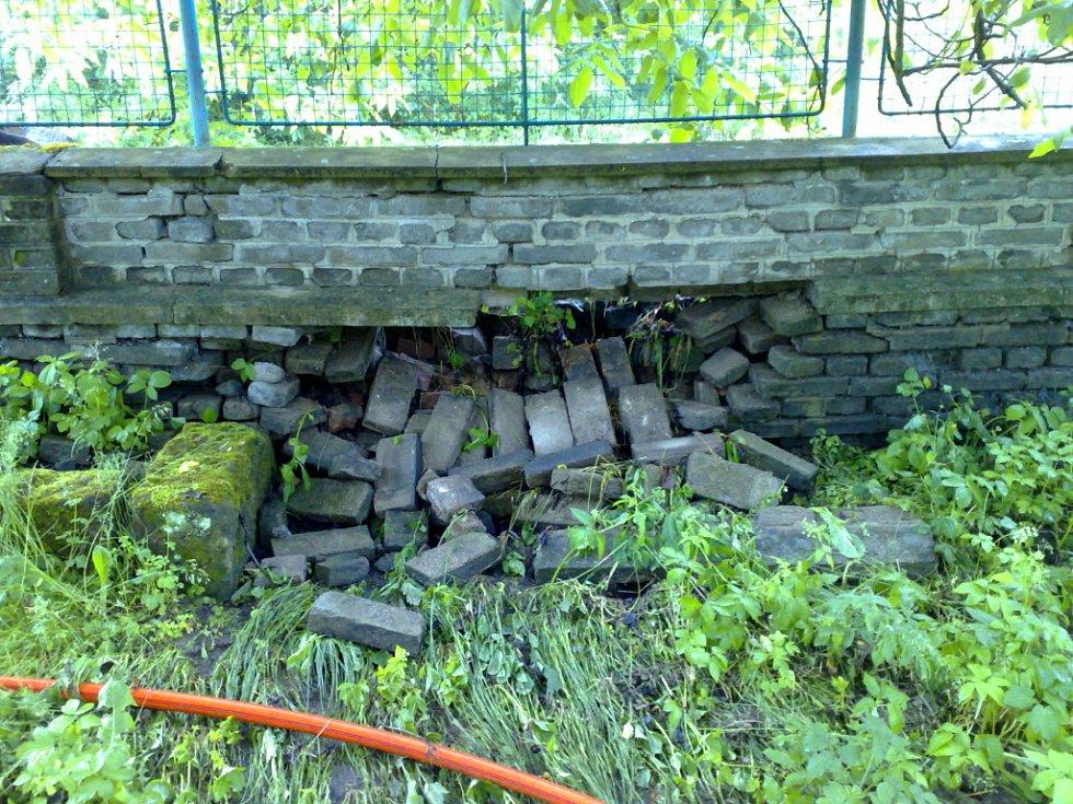 VODA i BAHNO v domě a na pozemku Měšťákových způsobila během přívalového deště značné škody.