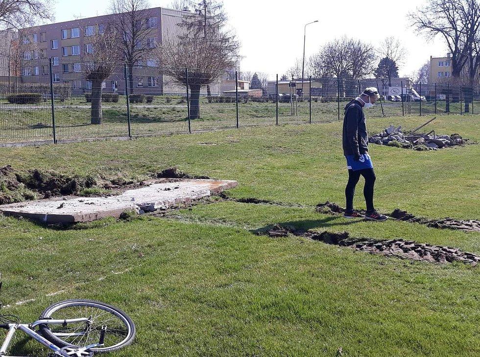 V Chotětově se pustili do renovace hřiště