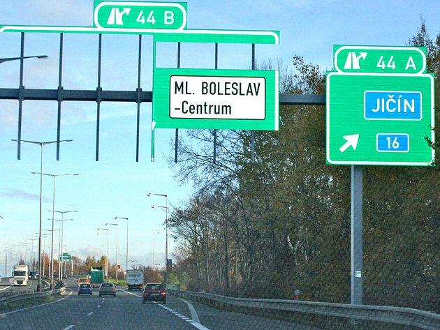 Rozebrané značky na rychlostní silnici R10 před sjezdem do Mladé Boleslavi.