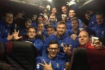 Fotbalisté Dobrovice slaví v autobuse výhru nad Domažlicemi.