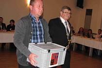JAROSLAV KRÁL (vlevo), starosta, který opět obhájil svůj post, s urnou při tajné volby členů rady města.