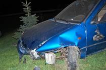 Auto po nehodě letělo až do zahrádky u domu.