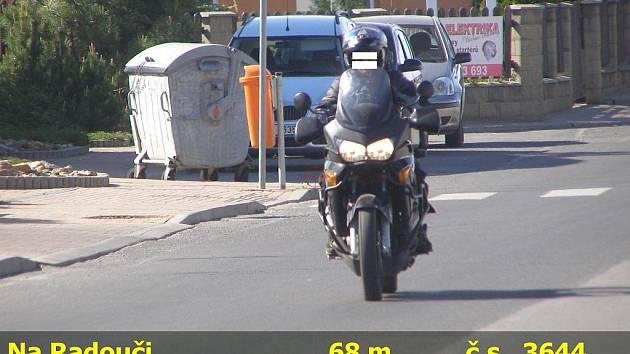 Motorkář jel Mladou Boleslaví rychlostí 72 km/h.
