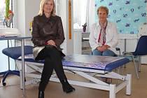 V NOVÉ ORDINACI. Dětská lékařka Hana Volfová (vlevo) se zdravotní sestrou Šárkou Tůmovou ukazují novou ordinaci.