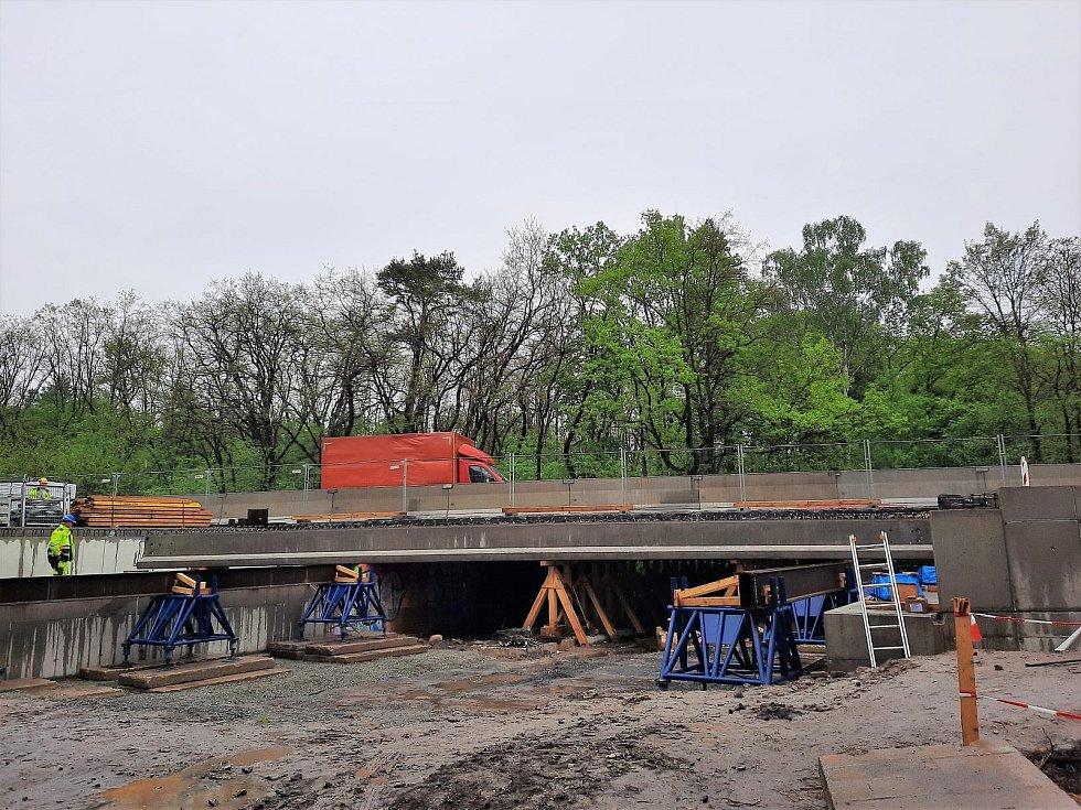 Rekonstrukce mostu na dálnici D10 u Staré Boleslavi.
