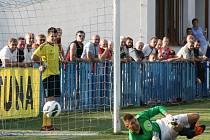 Hned v úvodním utkání si fotbalisté Dobrovice a Živanic vyzkoušeli letošní divizní novinku, která při nerozhodném výsledku přináší vítězi penaltového rozstřelu bod navíc.