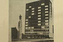 Vzpomínáte, když Bytové družstvo Věžák slavilo vloni v prosinci 50 let od postavení svého domu a rozzářená okna vytvořila padesátku? V roce 1965, krátce po vztyčení Leninovy sochy a 20 let po osvobození Československa, se zde rozzářila dvacítka.
