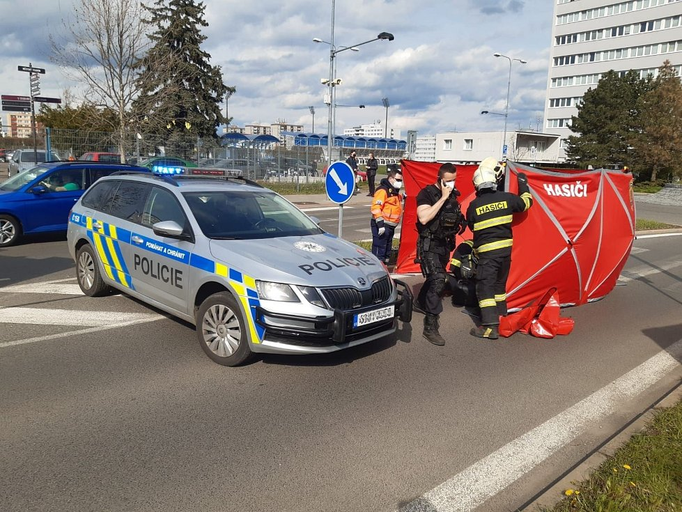Aktivistka opět blokovala dopravu v Mladé Boleslavi. Tentokrát se přilepila k silnici.