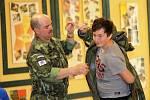 Vojáci ukázali školákům i masky
