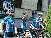 Účastníci Cyklo-běhu opouštějí Mladou Boleslav a míří šířit osvětu do dalšího města.