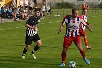Doubrava - Bělá p. B. 1:3. Milan Hromada (vlevo) stíhá Petra Umáčeného.