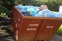 Tuny odpadků v jednom z přistavených kontejnerů