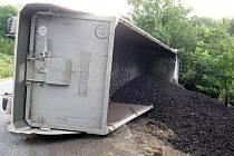 Převrácený nákladní vůz s uhlím u Rokyté na Mladoboleslavsku.