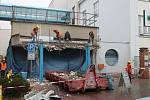 V pátek v dopoledních hodinách pokračovaly práce na stavbě nové recepce Klaudiánovy nemocnice v Mladé Boleslavi. Tentokrát demolicí průčelí původního vchodu do nemocnice.