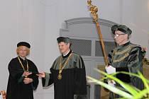 Slavnostní promoce inženýrů - absolventů Škoda Auto Vysoké školy - v kostele sv. Bonaventury.