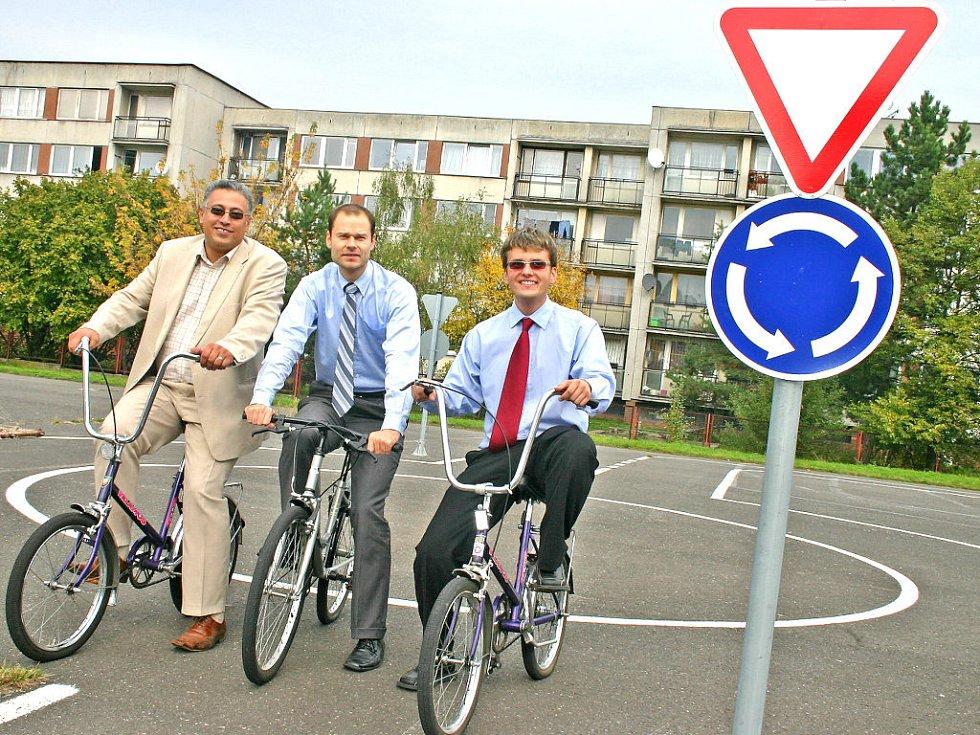 Primátor Raduan Nwelati (vlevo) a zástupci firmy Škoda Auto si vyzkoušeli jízdu po hřišti na jízdním kole.