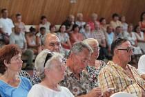 Lidé, kteří ve čtvrtek večer přišli diskutovat se starostou, zástupci ministerstva vnitra i cizinecké policie o zařízení v Jezové