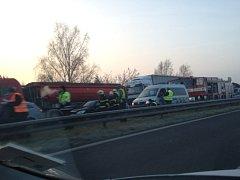Hromadná nehoda na R10 a dlouhé kolony