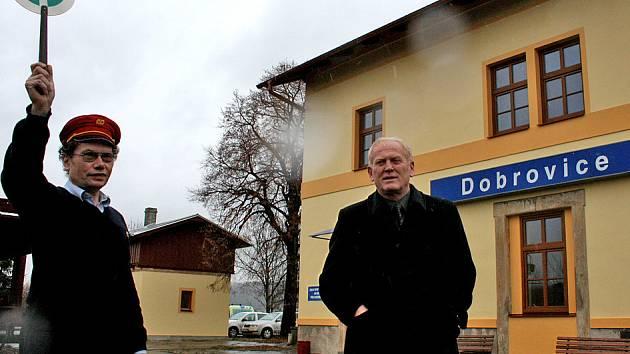 Starosta Dobrovice Josef Hrobník s výpravčím před opravenou budovou nádraží. Počasí ale moc nepřálo.
