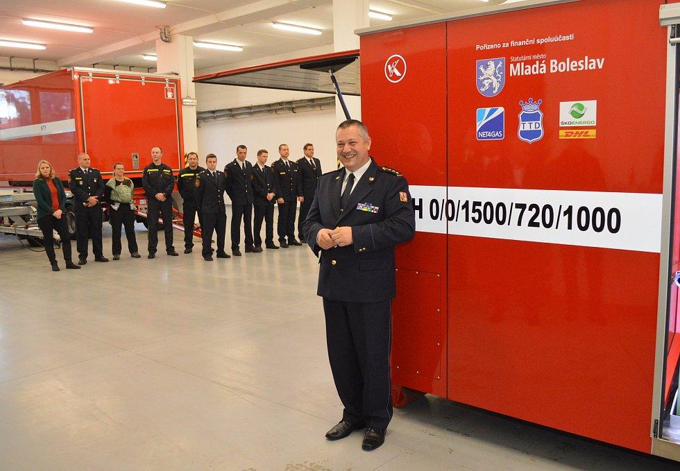 Z předání hasicího kontejneru mladoboleslavským profesionálním hasičům.
