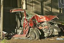 Z FABIE COMBI zbyl jen vrak, který se odrazil od stromu a doslova zaparkoval v garáži. Naštěstí byla prázdná.