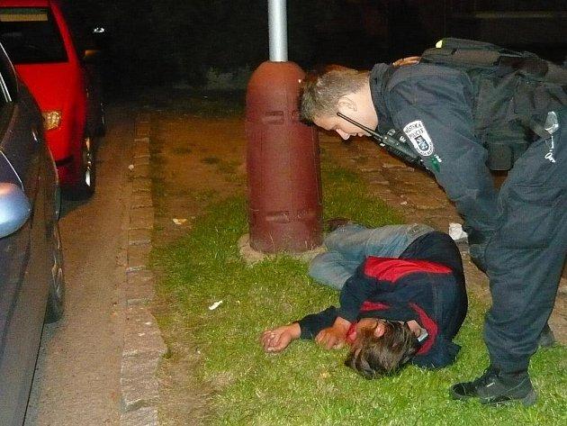 Agresivní opilec napadl při zasáhu strážníky.