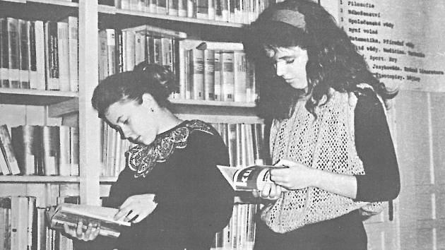 Studentky ve školní knihovně.