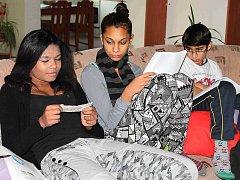 PĚTISTOVKA posloužila dětem z krnského dětského domova k tomu, aby například prozkoumaly, zda je pravá.